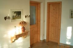 Villa Hausflur ( Blick auf Wohnzimmer / Badtüre )