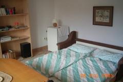 Wohnzimmer mit ausgezogener Schlafcouch